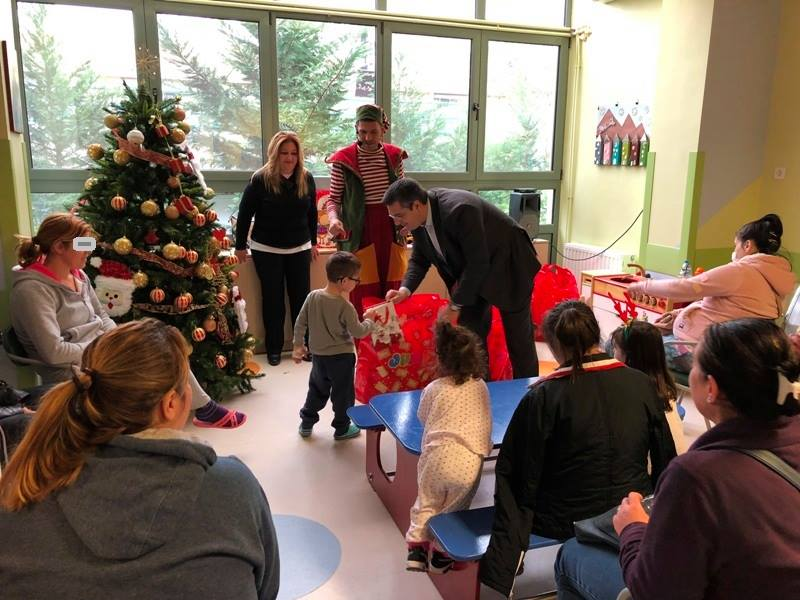 Χριστουγεννιάτικη εκδήλωση για τα παιδιά στην Παιδιατρική και Παιδοογκολογική Κλινική του ΑΧΕΠΑ